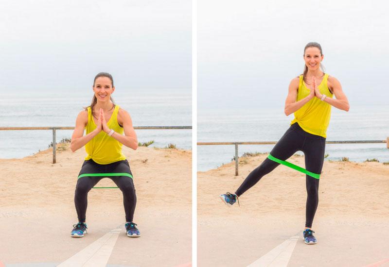exercice de squat avec bandes de résistance pour les fesses