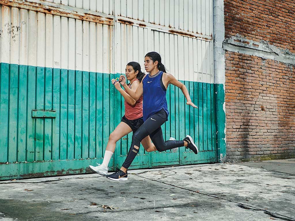Daniela Velasco courir dans les rues
