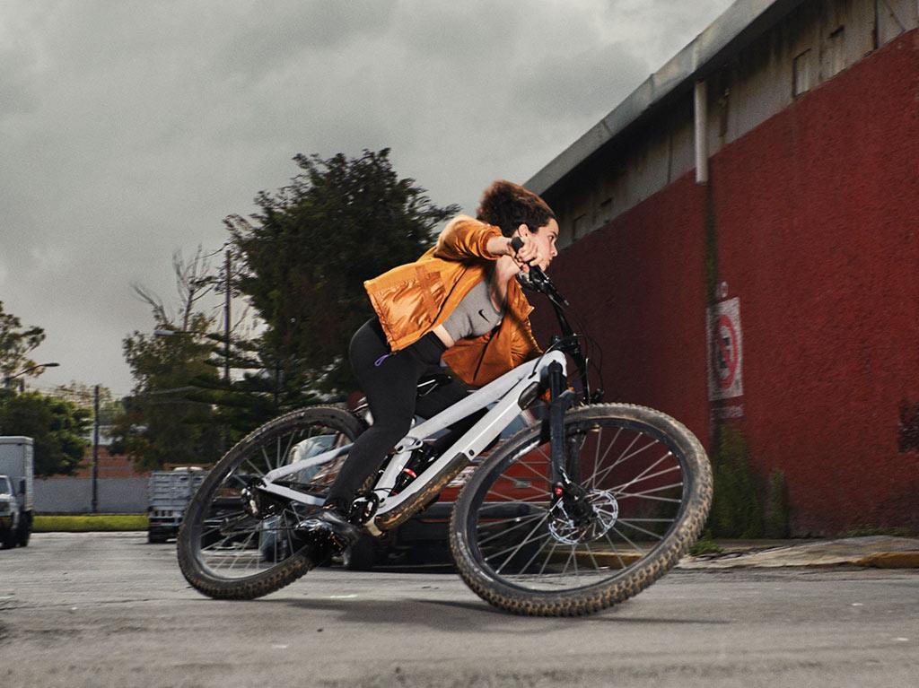 Lorena Dromundo à vélo