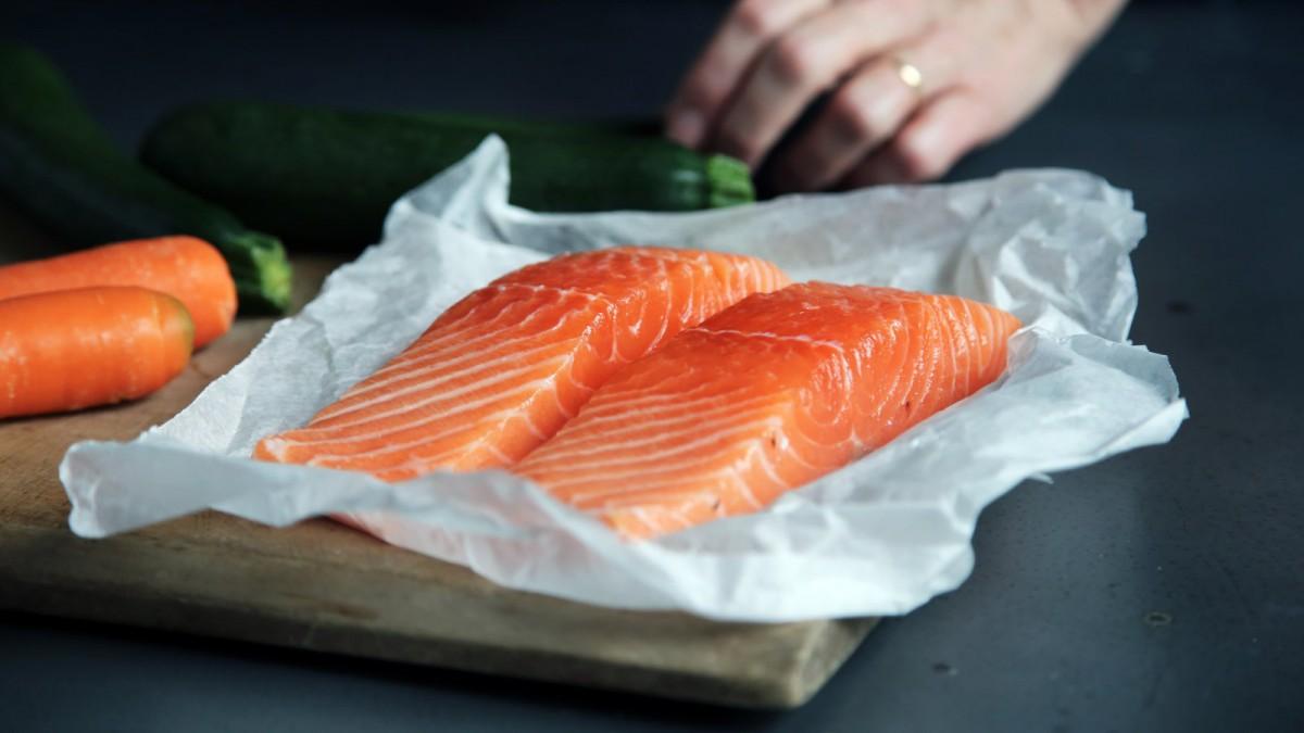 Les poissons bleus comme le saumon sont riches en oméga 3.